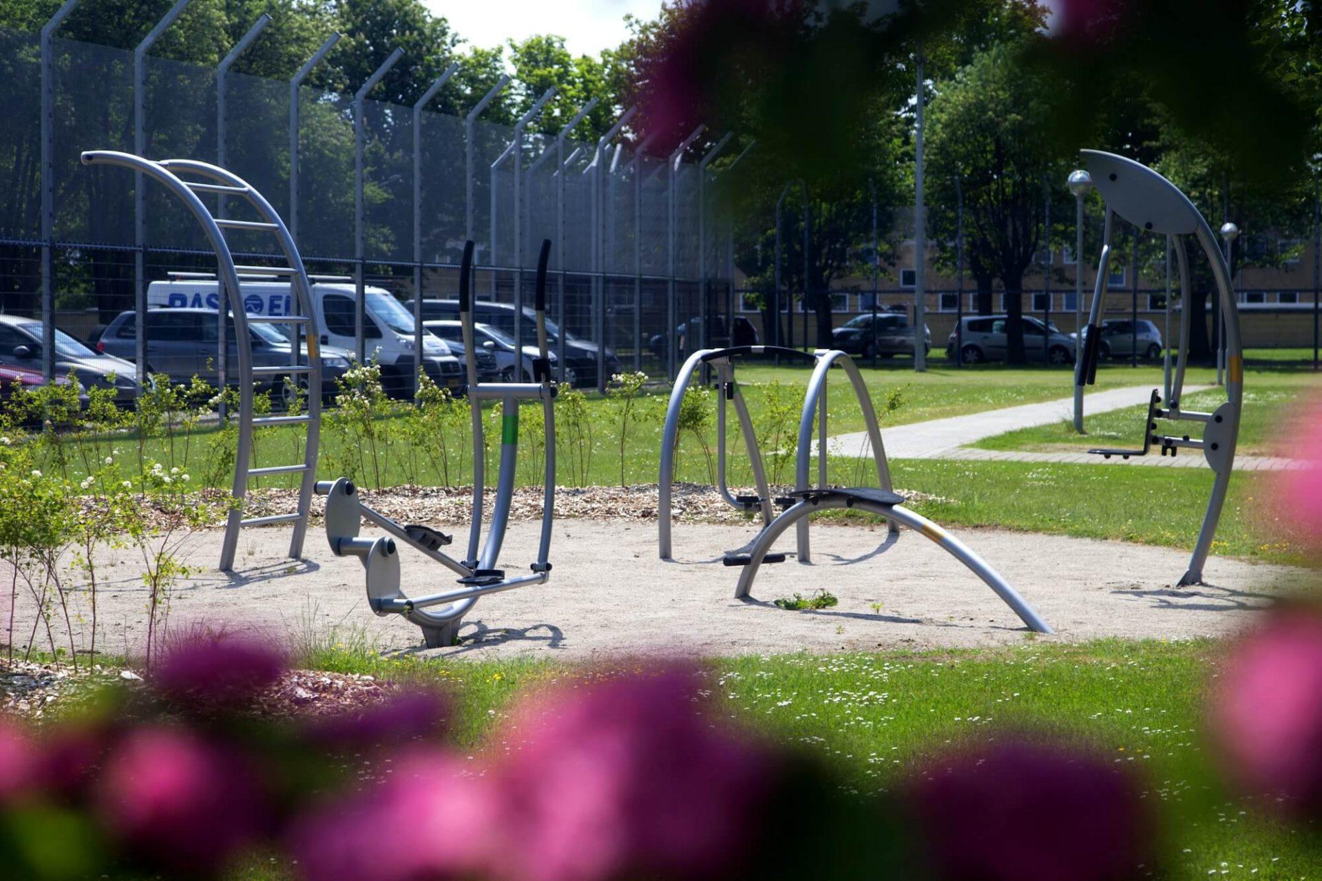 udendørs motion mod P-plads1